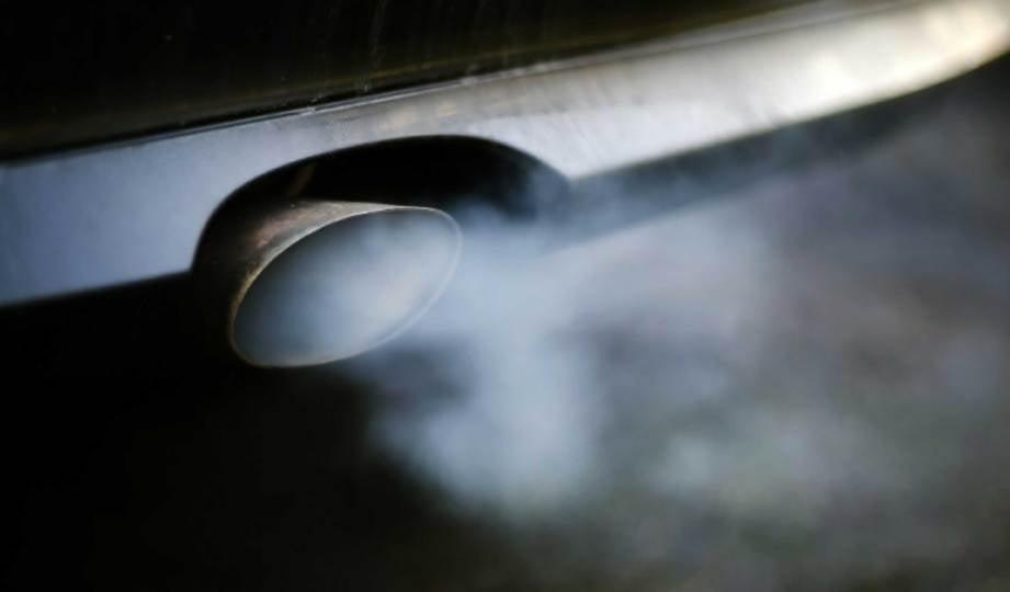 KARBON monoksida adalah komponen utama dalam asap ekzos kereta. FOTO AFP
