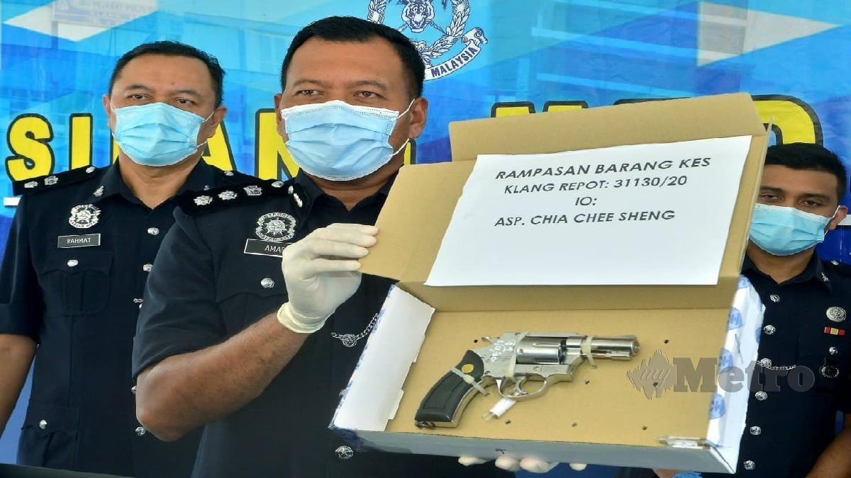 Shamsul Amar menunjukkan pistol yang ditemui pihaknya. FOTO Faiz Anuar