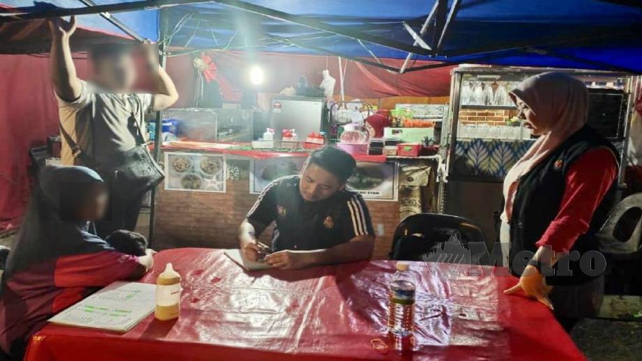 ANGGOTA penguat kuasa melaksanakan operasi Penguatkuasaan Larangan Merokok di Premis Makanan.  FOTO Ihsan Pejabat Kesihatan Daerah Sipitang.