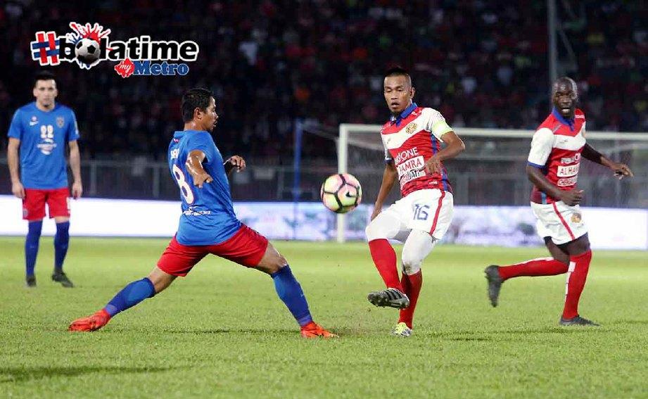 BADHRI Radzi (tengah) patut diberi peluang kembali beraksi bersama Kelantan. -Foto fail