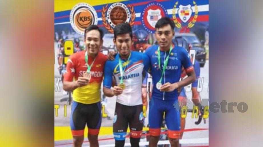 Nur Amirull (tengah) juara lepas beramai-ramai elit bersama Akmal (kanan) dan Sofian. FOTO PKBM