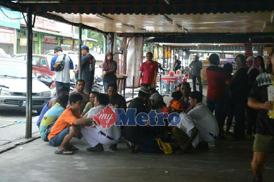Antara warga asing yang ditahan dalam pemeriksaan JIM di Plaza Pasar Taman Sri Muda, Seksyen 25, Shah Alam, pagi tadi. FOTO ihsan JIM