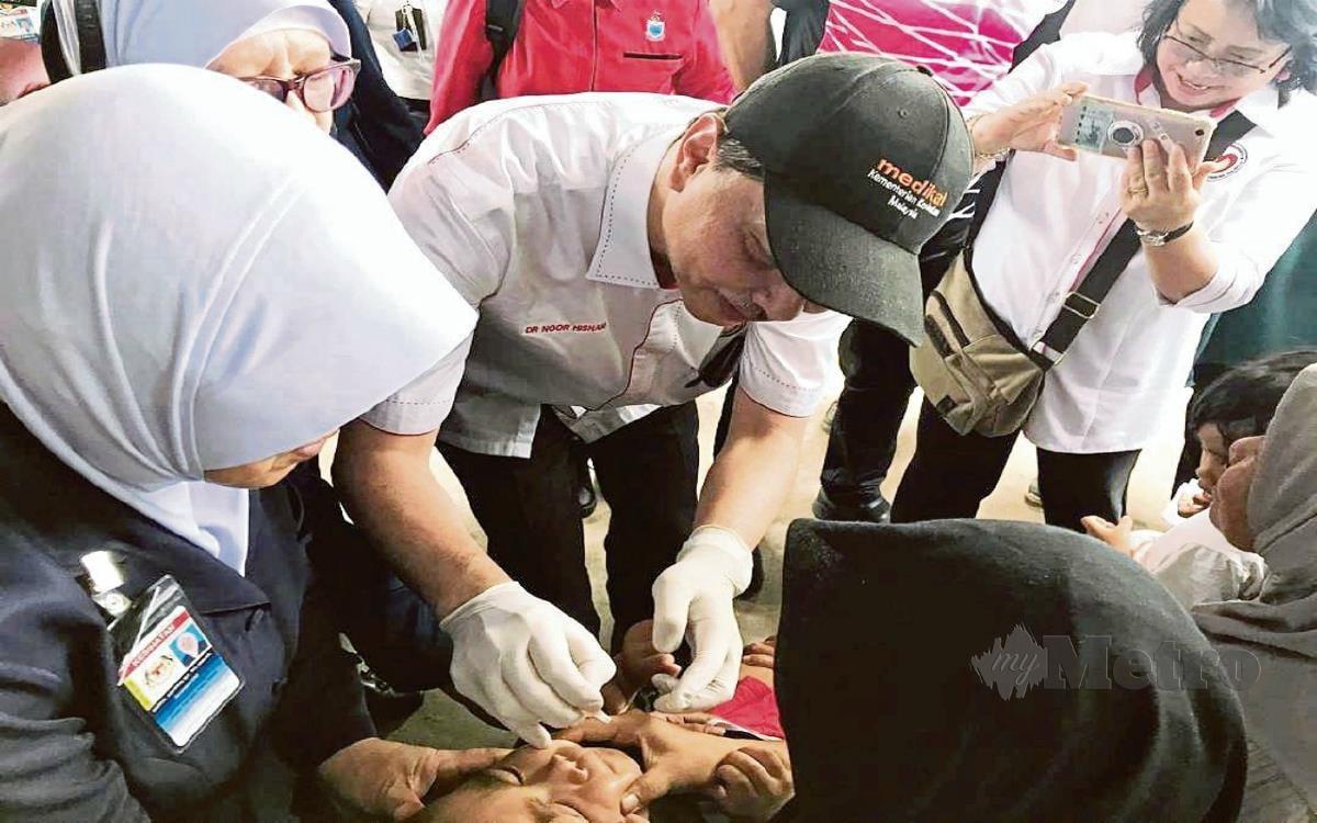 Gambar fail, Dr Noor Hisham memberikan vaksin polio kepada kanak-kanak di Pulau Gaya ketika kempen pada Januari lalu. FOTO Ihsan Jabatan Kesihatan Sabah.