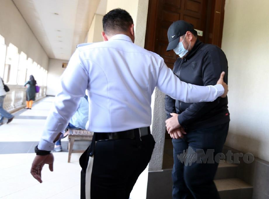 TERTUDUH keluar dari mahkamah. FOTO Zunnur Al Shafiq