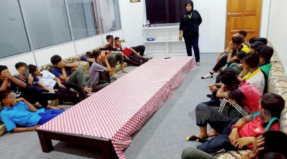 SEBAHAGIAN daripada 54 pelajar yang ditangkap ponteng sekolah di sekitar mukim Bukit Tunggal, Seberang Takir dan Wakaf Tembesu diberikan kaunseling, hari ini. FOTO Ahmad Rabiul Zulkifli.