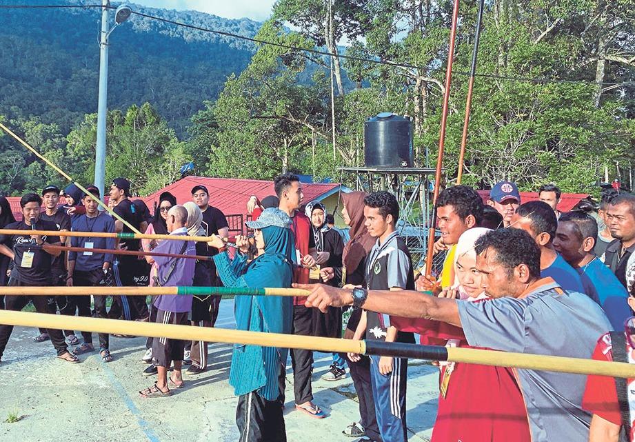 MAHASISWA berpeluang mempelajari teknik menyumpit daripada penduduk Orang Asli.