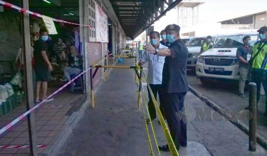 NORDIN bersama Ketua Polis Daerah Kota Kinabalu, Asisten Komisioner Habibi Majinji melakukan tinjauan di sekitar Pasar Besar Kota Kinabalu. FOTO Juwan Riduan