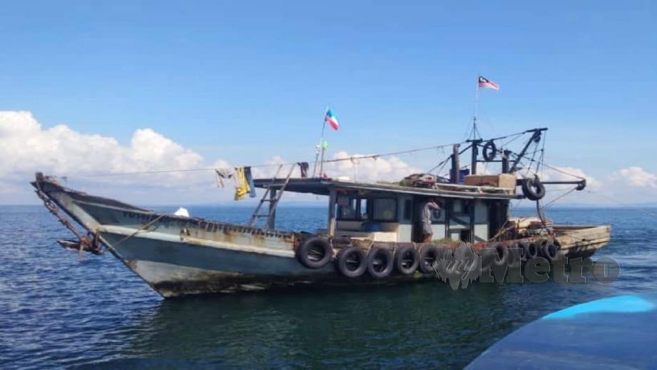 SATU daripada tiga bot nelayan yang ditahan PPM. FOTO Ihsan PPM.