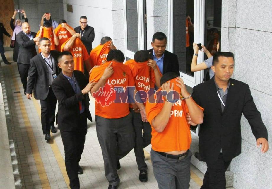 SUSPEK dibawa ke Mahkamah Majistret, Putrajaya. FOTO Ahmad Irham Mohd Noor