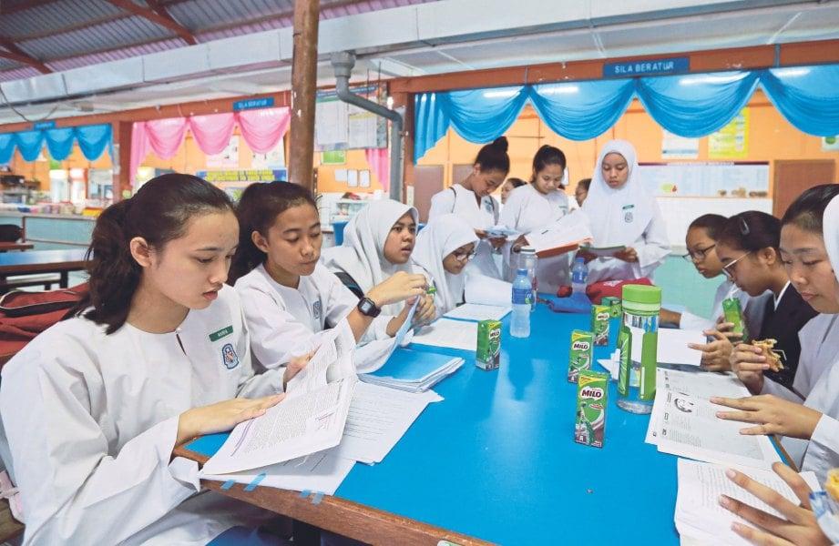 ULANG kaji pelajaran secara kumpulan membantu lebih memahami.