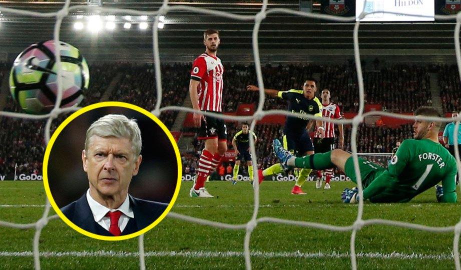 SANCHEZ (tengah) jaring gol pembukaan Arsenal. Gambar kecil, Arsene Wenger. FOTO Reuters