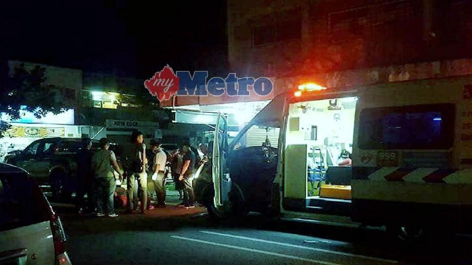 PASUKAN paramedik memberi rawatan kecemasan kepada mangsa yang cedera akibat dibelasah sekumpulan lelaki di Penampang, hari ini. FOTO Ihsan Pembaca