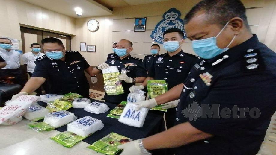 ABDUL Aziz (empat dari kanan) menunjukkan dadah yang dirampas dalam serbuan, baru-baru ini. FOTO Zuhainy Zulkiffli.