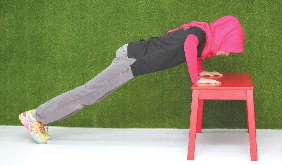 2. APABILA sudah bersedia, bengkokkan siku dan turun sehingga kelihatan lebih kurang 90 darjah antara bahu, siku dan tapak tangan. Naikkan dan turunkan badan anda sebanyak 12 kali untuk satu set. Rehat selama 30 saat dan ulang lagi. Buat empat hingga enam set sehari.