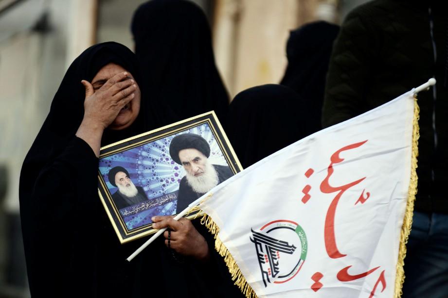 RAKYAT Iran membanjiri jalan di Tehran  untuk memberi penghormatan terakhir kepada Qasem Soleimani. FOTO AFP