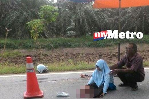 Siti Nuraisyah ditenangkan penduduk kampung sebelum dibawa ke hospital. FOTO ihsan pembaca