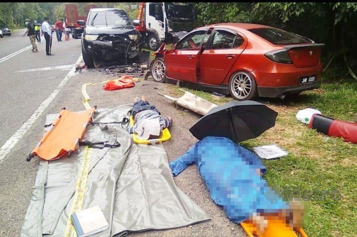 Keadaan mayat dua beranak yang terbabit kemalangan di Kilometer 61, Jalan Jerangau-Jabur, dekat Felda Jerangau, Dungun, hari ini. Foto ROSLI ILHAM