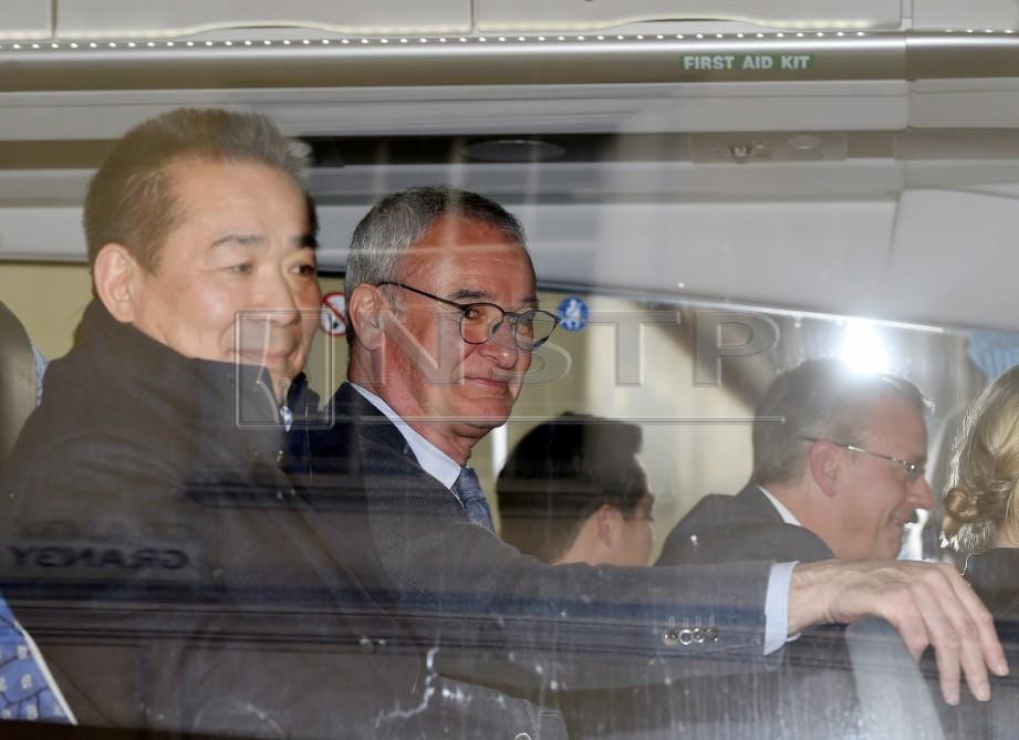 RANIERI (tengah) dan mendiang Vichai (kiri) ketika pengurus itu masih lagi bersama Leicester. -Foto EPA