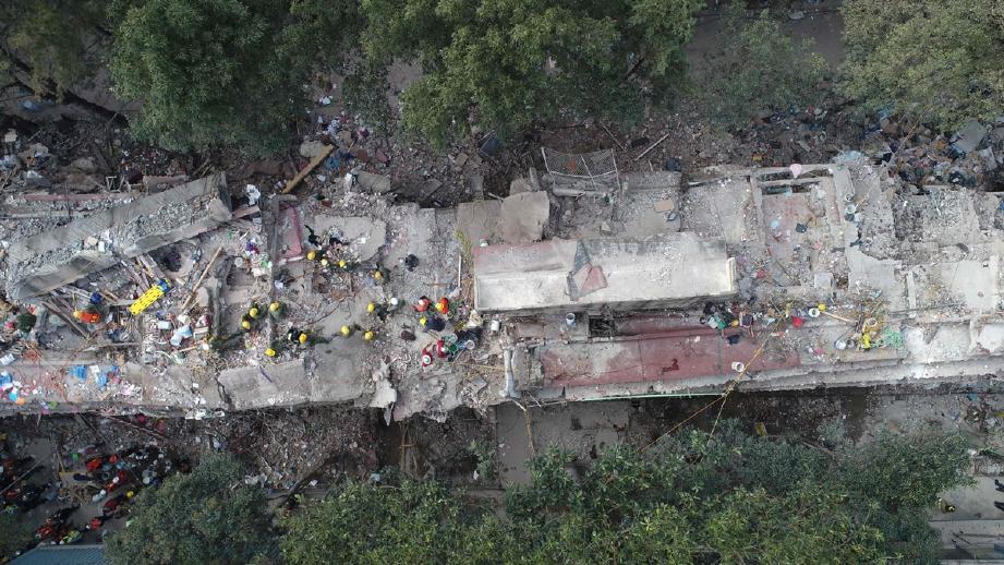 Sebuah bangunan di Mexico City yang ranap akibat gempa bumi 7.1 magnitud semalam. - Foto AFP