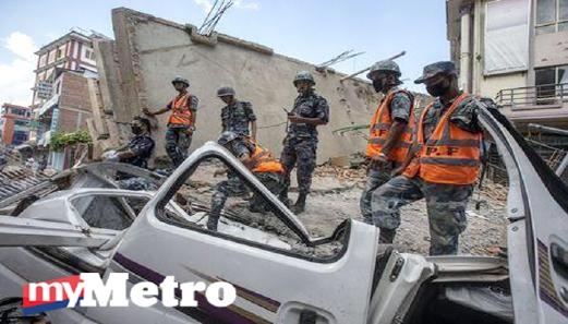 Anggota tentera Nepal memeriksa bangunan yang runtuh. - Foto Reuters