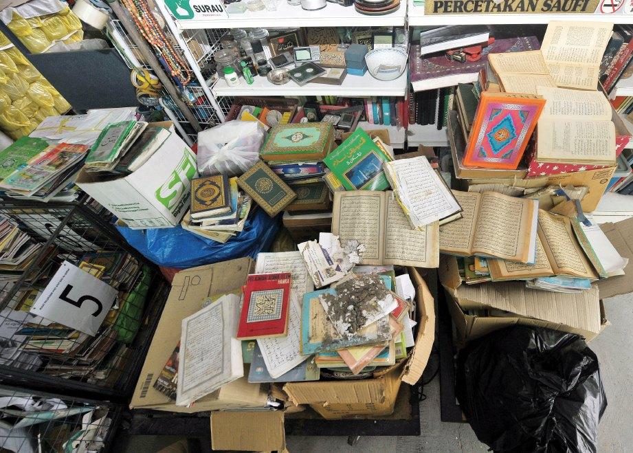 PELBAGAI bahan mengandungi teks al-Quran diserahkan kepada Percetakan Saufi untuk dilupuskan. FOTO Khairul Azhar Ahmad