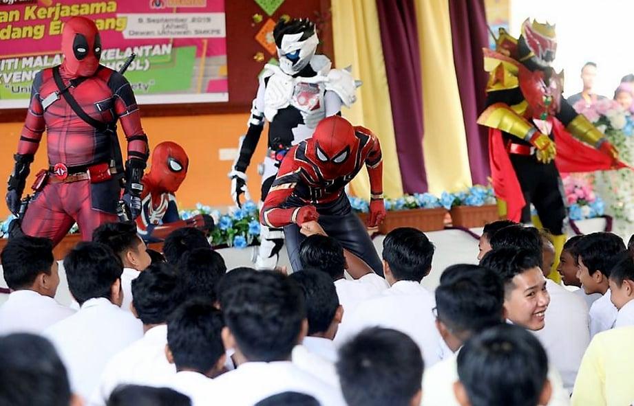 PELAJAR teruja dengan kehadiran Spiderman, Deadpool dan Kamen Rider.