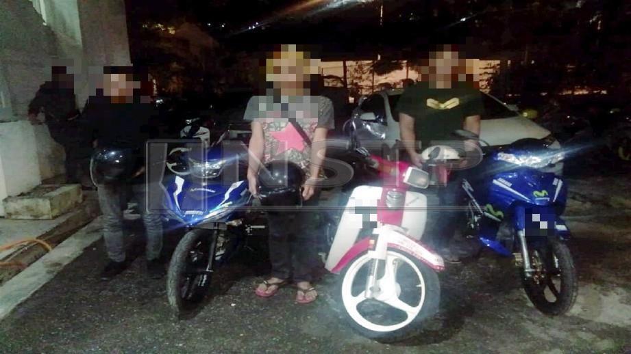 LELAKI yang ditahan kerana berlumba di Lebuhraya DUKE, malam semalam.