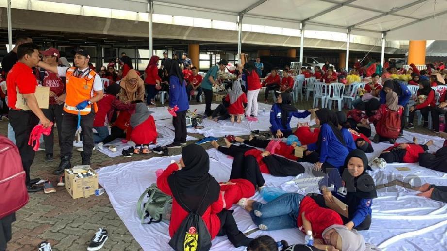 ANTARA peserta dirawat selepas mengalami muntah dan cirit-birit ketika menghadiri Kongres Maruah Melayu di Stadium Malawati, Shah Alam. FOTO Ihsan Jabatan Kesihatan Negeri Selangor
