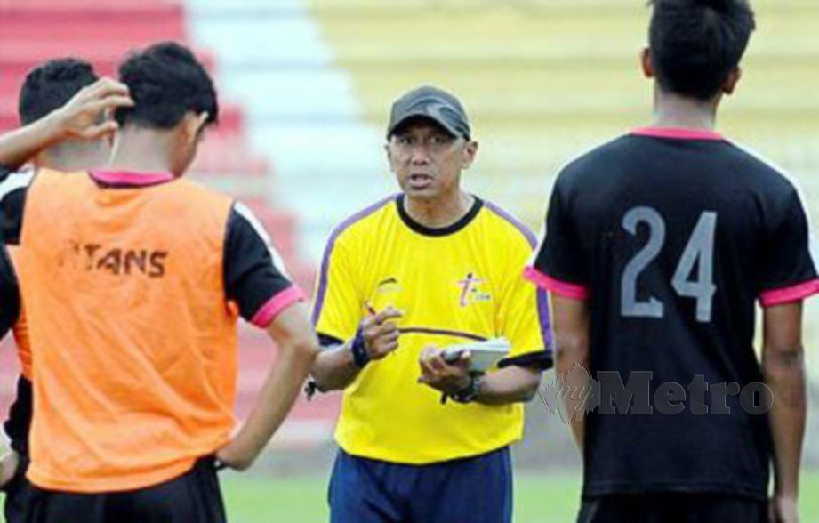 RAHMAD Darmawan (tengah) sedia menjawat jawatan ketua jurulatih skuad Terengganu FC (TFC).