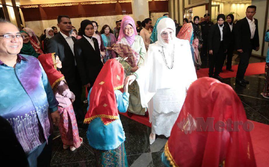 RAJA Permaisuri Agong Tunku Hajah Azizah Aminah Maimunah Iskandariah turut berkenan mencemar duli memeriahkan festival. FOTO Hazreen Mohamad