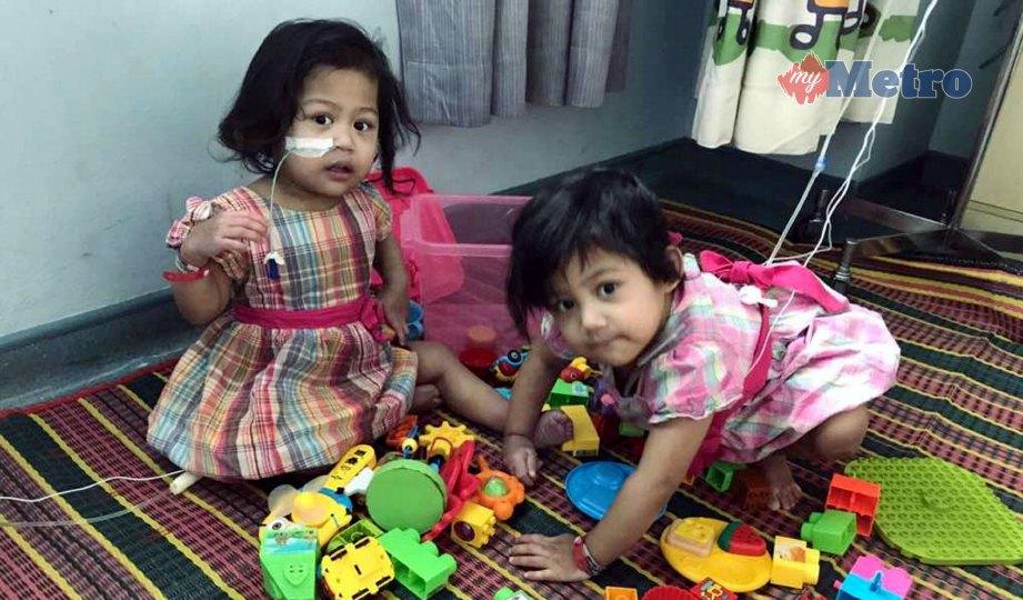 RAISAH (kiri) bermain bersama kembarnya.   FOTO NSTP