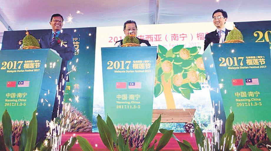 AHMAD Shabery (dua dari kiri), Pandikar (tengah) dan Zhang Xiaoqin mengopek durian Musang King sebagai gimik perasmian FDM 2017.