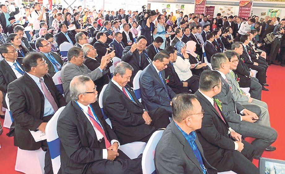 SEBAHAGIAN delegasi Malaysia dan China yang hadir pada majlis perasmian FDM 2017.