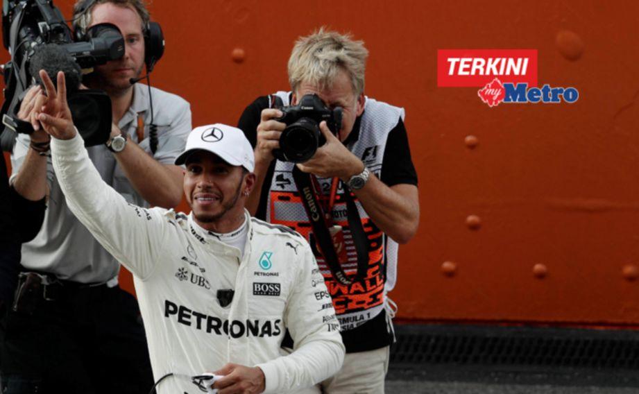 PEMANDU Mercedes AMG PETRONAS, Lewis Hamilton kelihatan ceria selepas mencatat masa terpantas dan meraih slot utaa untuk perlumbaan pada Ahad. FOTO Syarafiq Abd Samad