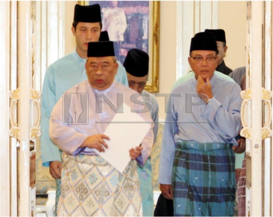 TENGKU Abdul Rahman diiring Tengku Temengong Pahang, Tengku Fahd Mua'adzam Sultan Ahmad Shah (belakang kiri) dan Menteri Besar Pahang, Datuk Seri Wan Rosdy Wan Ismail (kanan). FOTO Muhd Asyraf Sawal.