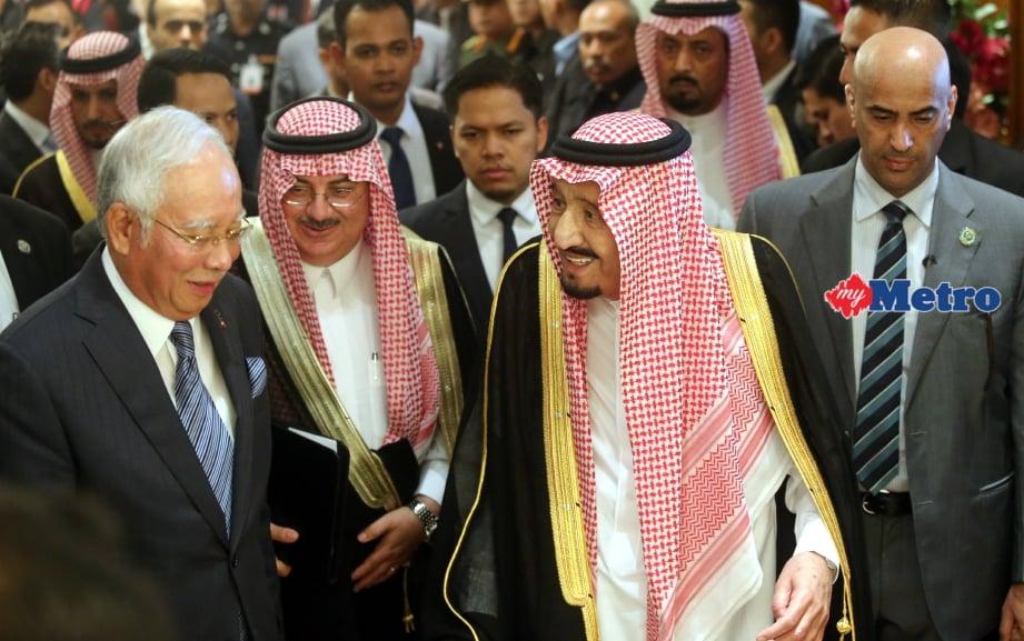 Najib bersama Raja Salman ketika hadir menyaksikan majlis menandatangani memorandum kerjasama antara Malaysia dan Arab Saudi di Seri Perdana. FOTO Mohd Fadli Hamzah