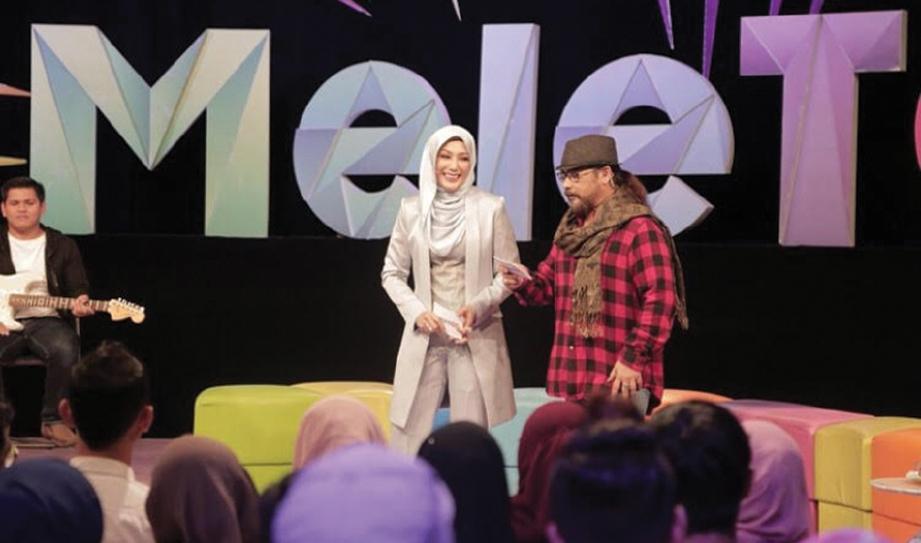 AKSI Erra dan Awie ketika mengacarakan program MeleTOP, baru-baru ini.
