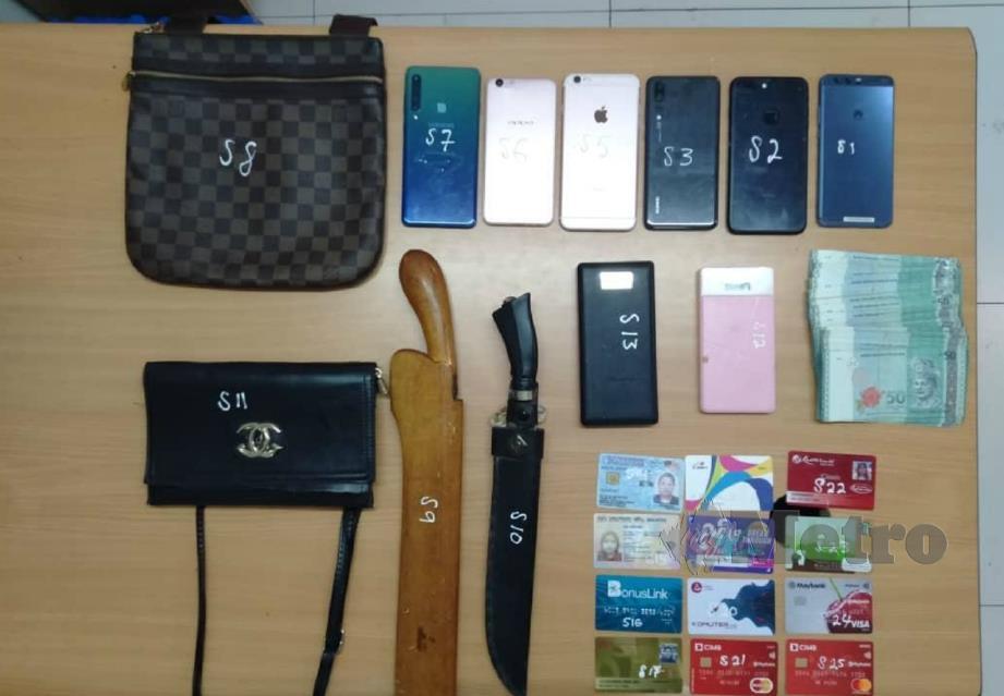 ANTARA senjata dan pelbagai barangan dirampas daripada lima suspek kes samun dalam serbuan di sebuah rumah di Bandar Tun Razak, Kuala Lumpur, semalam. FOTO ihsan polis.