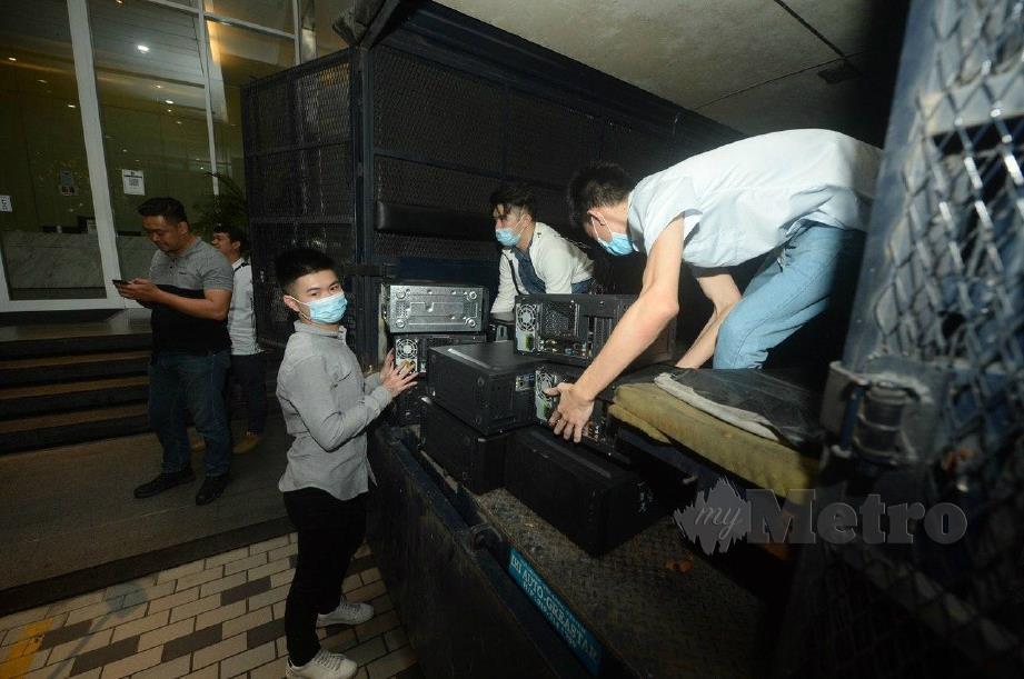 SEBAHAGIAN peralatan dirampas dalam serbuan di pusat panggilan kegiatan judi dalam talian, pelaburan forex dan Macau Scam di kondominium mewah di Jalan Ampang, Kuala Lumpur, malam ini. FOTO KHAIRUL AZHAR AHMAD.
