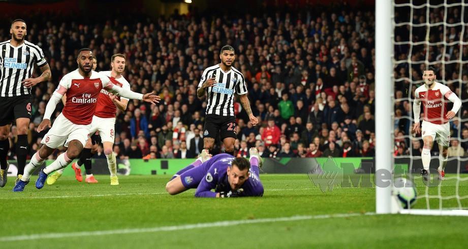 RAMSEY (tiga kiri) menjaringkan gol pembukaan buat Gunners. — FOTO AFP