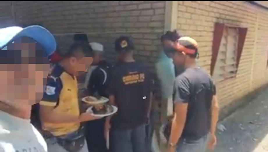 POLIS meminta lelaki yang menular rakamannya dalam media sosial kerana mempertikaikan Perintah Kawalan Pergerakan yang dilaksanakan kerajaan dan makan beramai-ramai di sebuah rumah di kampung di kawasan Langgar untuk tampil bantu siasatan. FOTO IHSAN PEMBACA