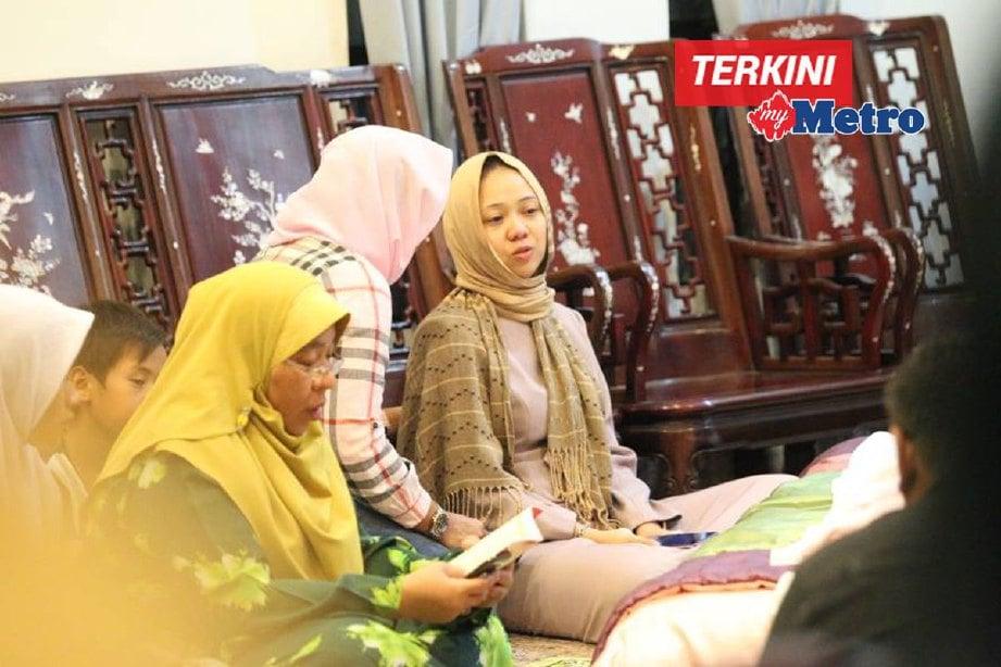 Andrea Adrianna (kanan) ketika menunggu van jenazah di Melaka Perdana Resort Homes sebelum bertolak menghantar jenazah suaminya untuk dikebumikan di Parit Yani Tengah, Batu Pahat. FOTO KHAIRUNISAH LOKMAN