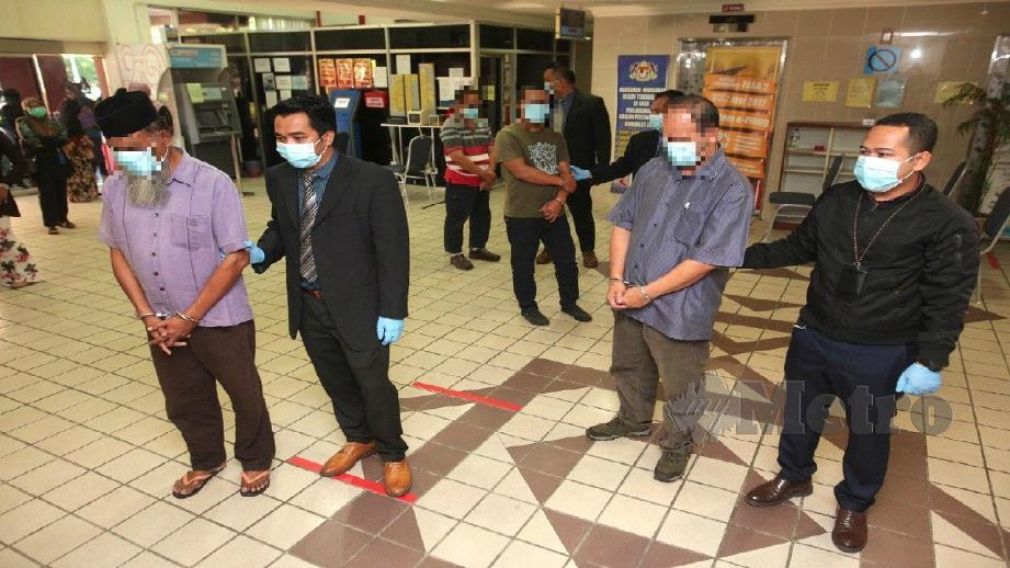 BEKAS pengarah institut penyelidikan kerajaan dan tiga pengurus syarikat dibawa ke Mahkamah Majistret Kuala Terengganu hari ini untuk perintah tahanan reman bagi siasatan kes suapan. FOTO Ghazali Kori.