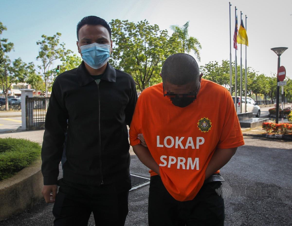 PEGAWAI SPRM mengiringi suspek ke Mahkamah Khas Reman Seremban, hari ini. FOTO Azrul Edham Mohd Aminuddin