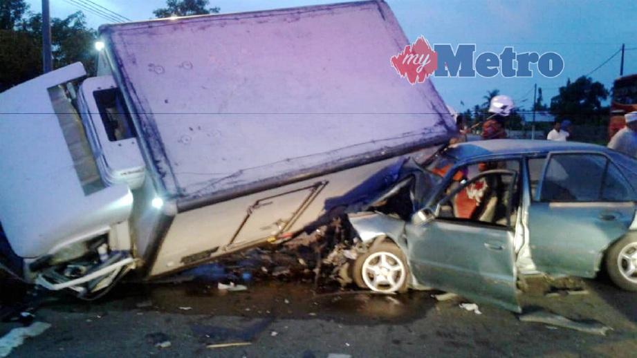 KEADAAN kereta dan lori yang terbabit dalam kemalangan di hadapan Sekolah Kebangsaan Jerlun, Jitra, hari ini. FOTO Ihsan JBPM