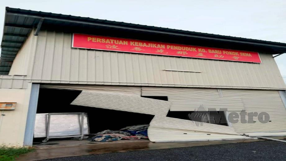 PINTU Pusat Kebajikan Kampung Baru Pokok Sena musnah selepas angin kencang melanda sekitar Pokok Sena. FOTO/ Zuliaty Zulkifli