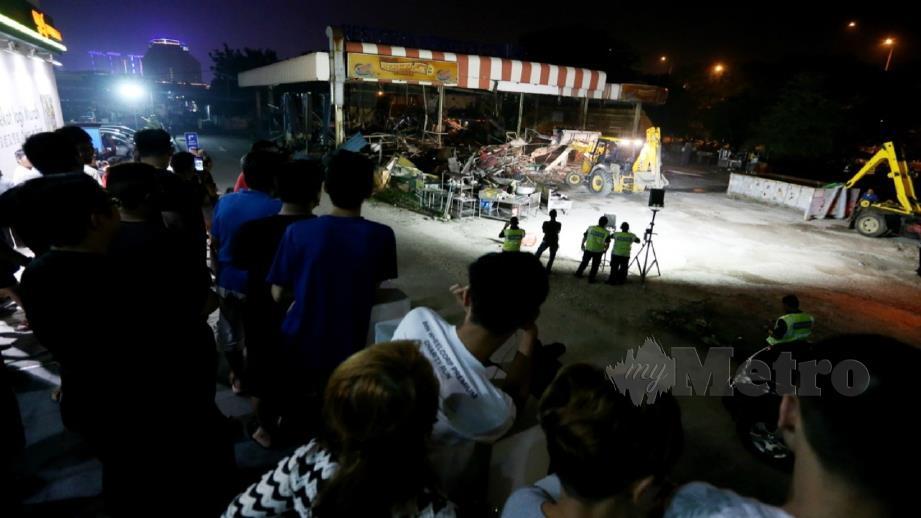 Kerja merobohkan struktur sebuah restoran berhampiran Bulatan Bukit Raja, Klang selepas menceroboh tanah kerajaan. Foto Saddam Yusoff