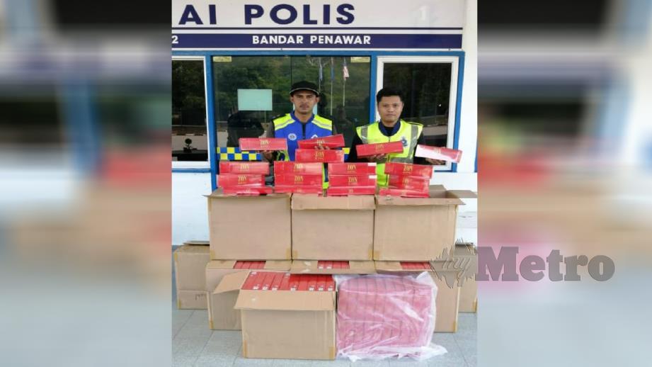 POLIS menunjukkan rokok seludup yang berjaya dirampas di Tanjung Kelisa, Bandar Penawar, Johor Bahru. FOTO IHSAN PPM