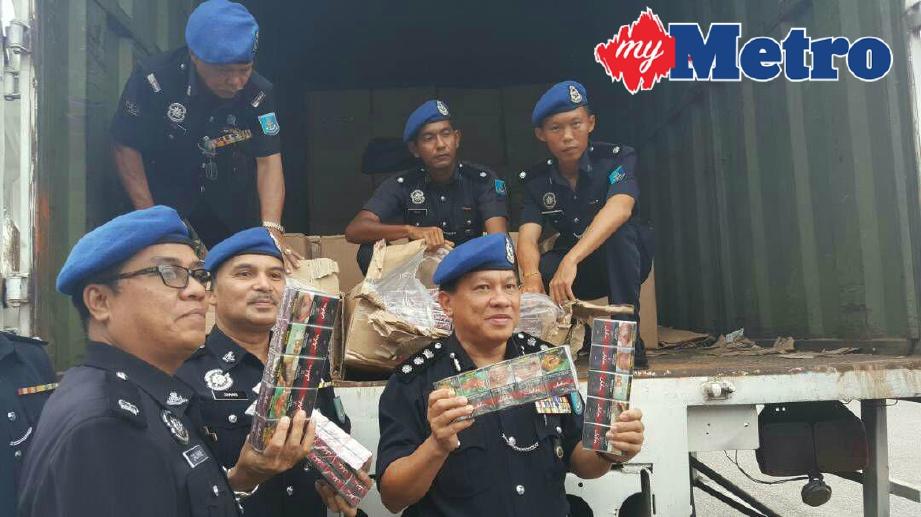 Paul (dua dari kanan) menunjukkan rokok seludup yang dirampas pada sidang media di Markas PPM Wilayah Dua, Johor Bahru, hari ini. FOTO Hairul Anuar Abd Rahim