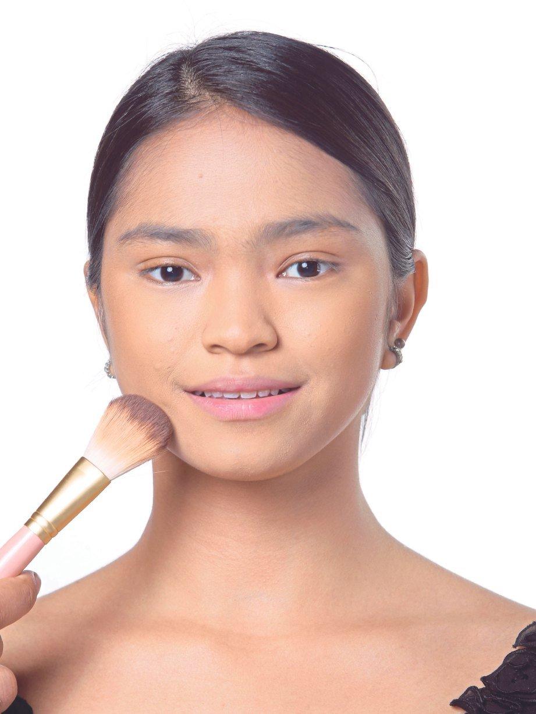 1. PILIH bedak asas jenis cecair untuk sapuan sekata. Sapu ke seluruh wajah termasuk leher.